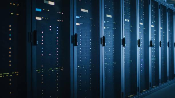 shot van donkere data center met meerdere rijen van volledig operationele server racks. moderne telecommunicatie, cloud computing, kunstmatige intelligentie, database, supercomputer. blauw neon licht. - datacenter stockfoto's en -beelden