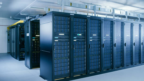 shot van data center met meerdere rijen van volledig operationele server racks. moderne telecommunicatie, cloud computing, kunstmatige intelligentie, database, supercomputer technologie concept. - datacenter stockfoto's en -beelden