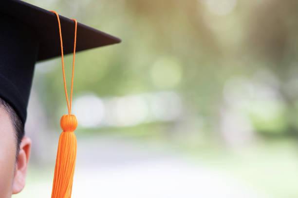 shot van afstuderen hoeden tijdens aanvang succes afgestudeerden van de universiteit, concept education felicatie. afstudeerceremonie, feliciteerde de afgestudeerden aan de universiteit. - fresh start yellow stockfoto's en -beelden