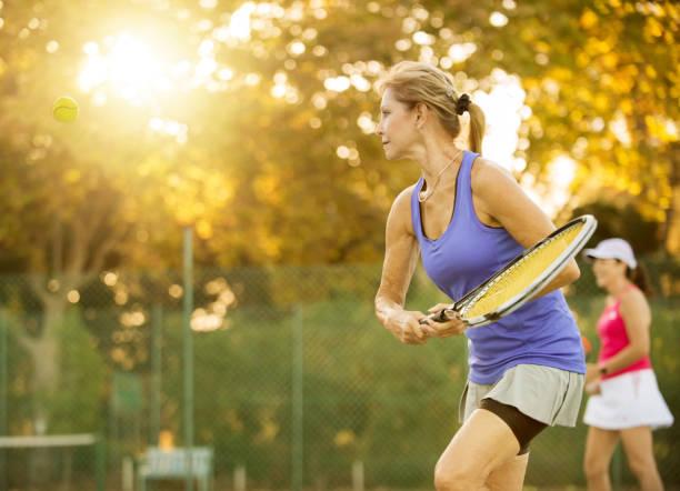 foto de maduras mujeres jugando tenis. - tenis fotografías e imágenes de stock