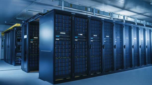 schuss des modernen rechenzentrums mit mehreren reihen von operational server racks. moderne high-tech-datenbank super computer clean room. - server stock-fotos und bilder