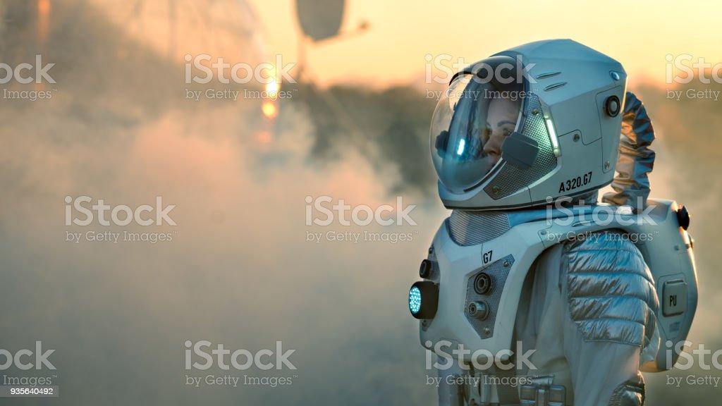 Schuss des Astronauten auf dem Mars zu Fuß in Richtung seiner Basis / Forschungsstation, schaut sich um. Erste bemannter Mission zum Mars, technologischen Fortschritt bringt, Kolonisierung des Weltraums. – Foto