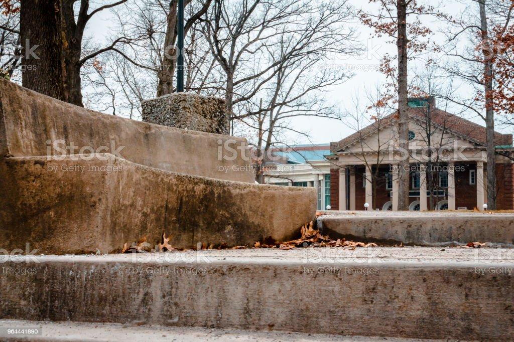 Schot van de Bank langs de wandeling naar de Oakgrove op de IUP campus - Royalty-free Achtergrond - Thema Stockfoto