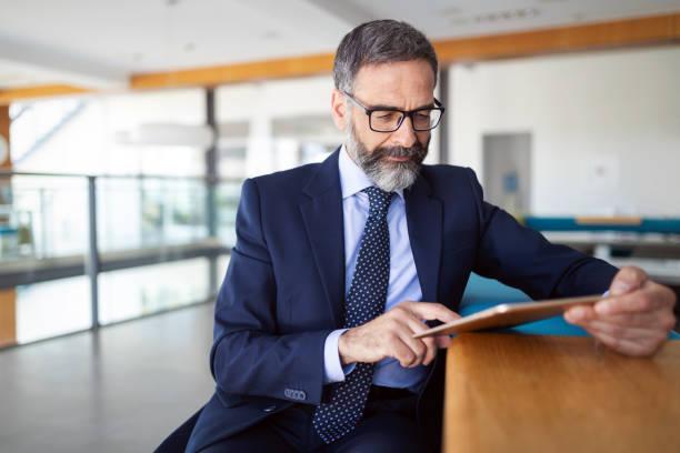colpo di pensiero consulente finanziario uomo d'affari che lavora in ufficio. - business man foto e immagini stock