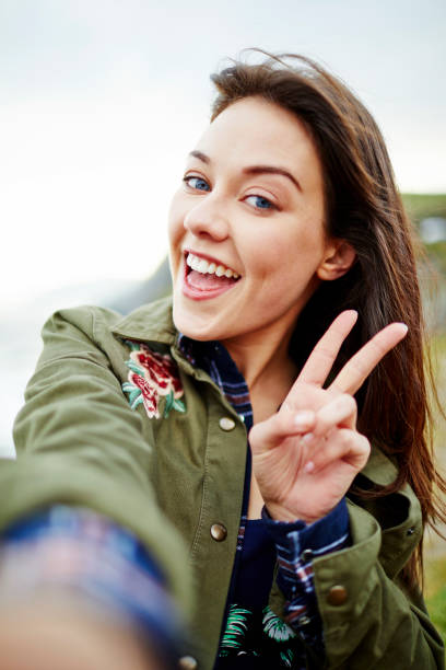 POV Aufnahme Frau lächelnd während der Einnahme von Selfie auf Berg – Foto