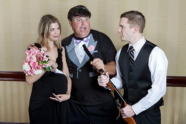 schrotflinte hochzeit comedy braut und bräutigam posieren. - shotgun wedding stock-fotos und bilder