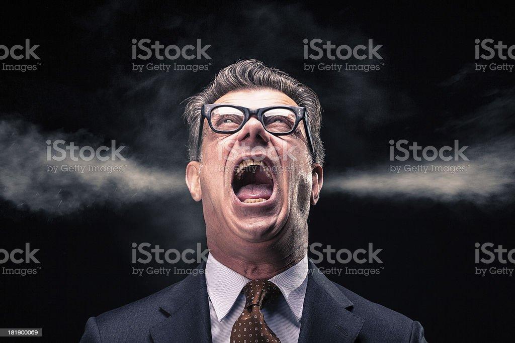 Gritar ejecutivo con vapor hidromasaje soltando de sus orejas - foto de stock