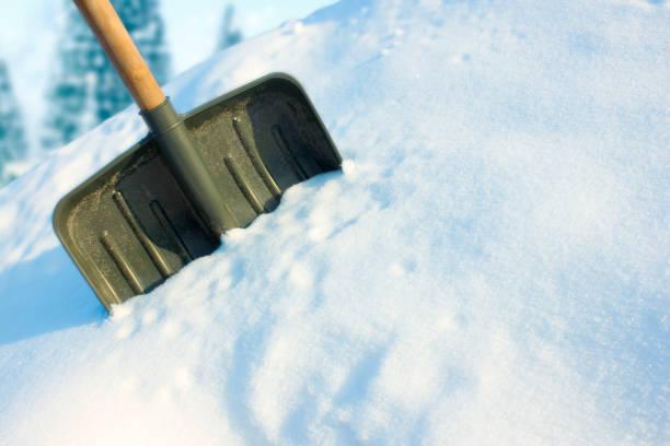 在雪中鏟 - 鏟 個照片及圖片檔