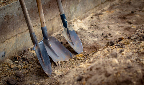shovel on a background of the trench - wykopywać zdjęcia i obrazy z banku zdjęć