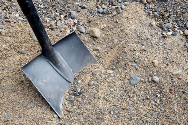 鏟放在沙上進行施工 - 鏟 個照片及圖片檔