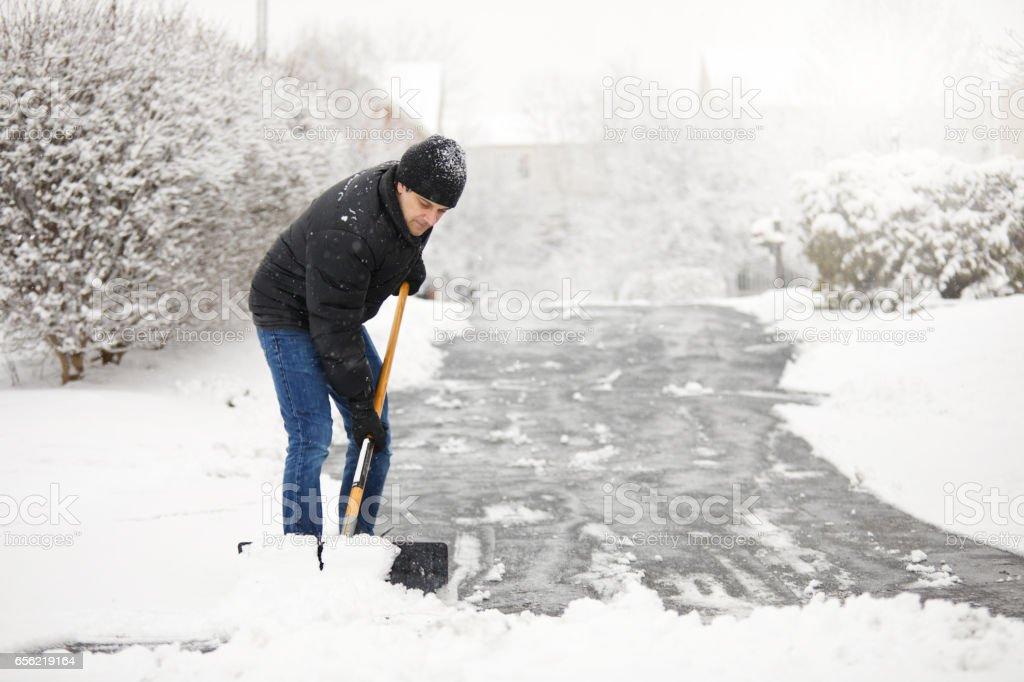 Schneeschaufeln von der Einfahrt – Foto