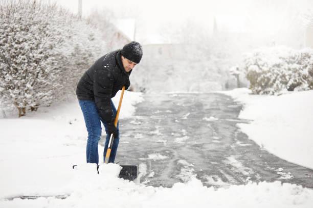 從車道上鏟雪 - 鏟 個照片及圖片檔