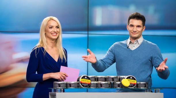 TV-show Co-Gastgeber präsentieren Premium Wachs-Produkt im Fernsehen – Foto