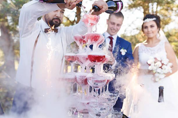 show of bartender at wedding banquet - hochzeits thema hollywood stock-fotos und bilder