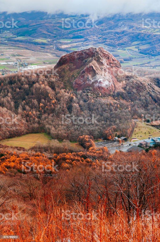Showa Shinzan Bergwald im Urly Winter mit Herbst Laub gelb Baum, Luftaufnahme vom Usuzan Berg - Lizenzfrei Aktiver Vulkan Stock-Foto