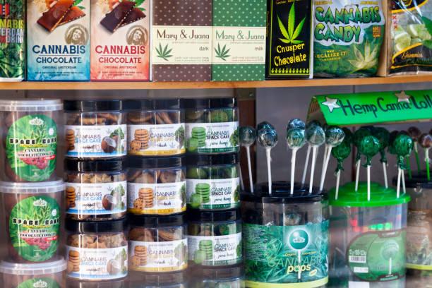 Vitrine de loja de cannabis em Amsterdam - foto de acervo