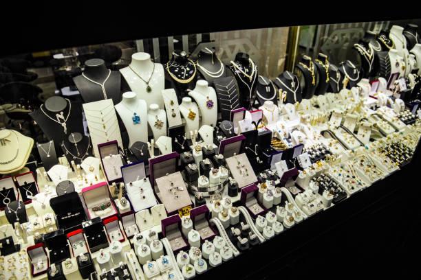 vitrine mit schmuck - diamanten kaufen stock-fotos und bilder