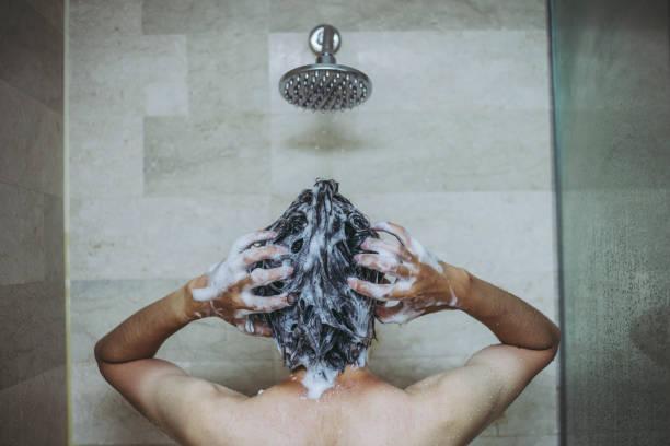 chuveiro e homens - shampoo - fotografias e filmes do acervo