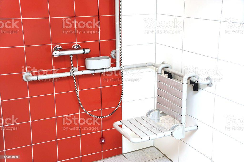 Dusche für behinderte Menschen – Behindertengerechte Dusche mit Sitz, barrierefrei – Foto