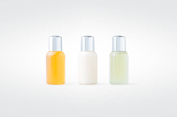 shower gel, shampoo and body lotion isolated on background - przybory toaletowe zdjęcia i obrazy z banku zdjęć