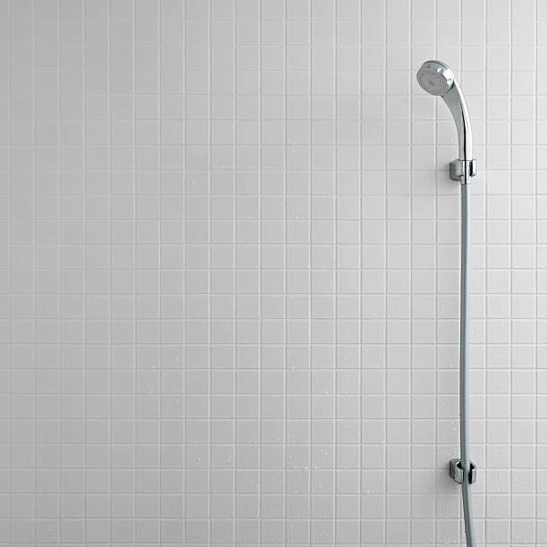 シャワーヘッドを備えたバスルーム  - タイル ストックフォトと画像
