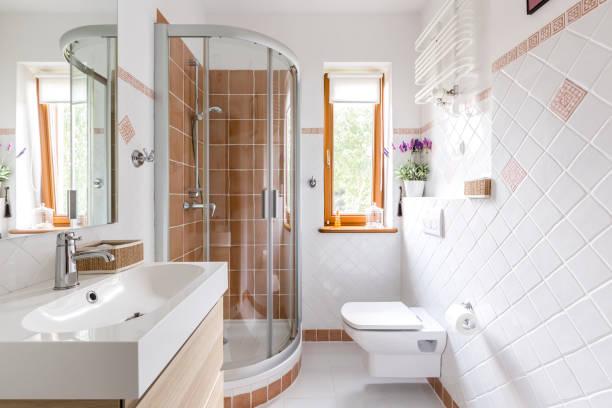 Chuveiro no banheiro pequeno branco - foto de acervo