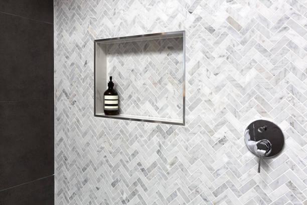 in wand der fischgräten marmorfliesen dusche regal ausführlich - badezimmer wand stock-fotos und bilder