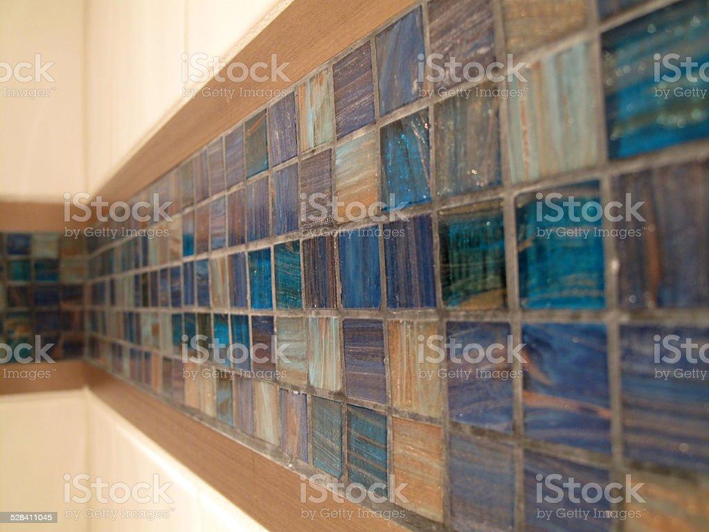 Cabina doccia con piastrelle in vetro blu con ghirigori decorativi