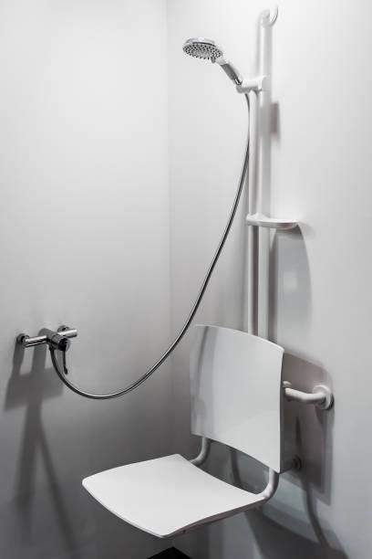 Dusche mit Sitz und Grab Bars für Behinderte und ältere Menschen – Foto