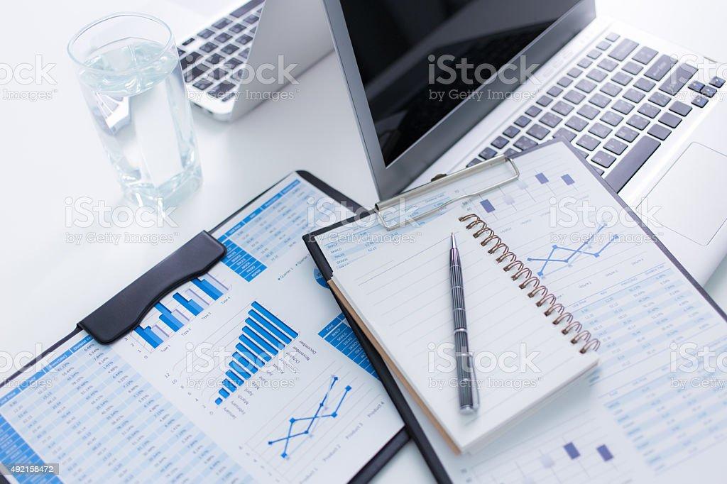 Montrer rapport financier et des affaires.   Service comptabilité - Photo