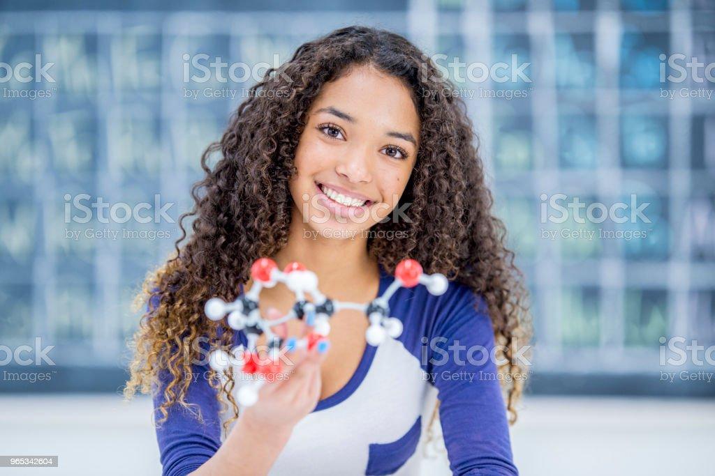 展示一個分子模型 - 免版稅14歲到15歲圖庫照片
