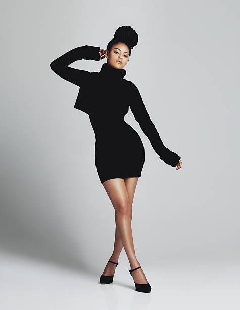 Wyświetlanie niektórych nogi w Klasyczna, mała, czarna sukienka – zdjęcie