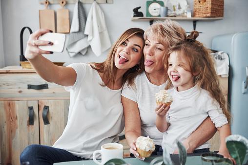 Toont Tongen Moeder Oma En Dochter Hebben Goede Tijd In De Keuken Stockfoto en meer beelden van Alleen volwassenen
