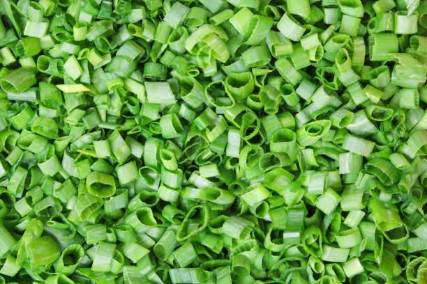geraspte groene uien - bosui stockfoto's en -beelden