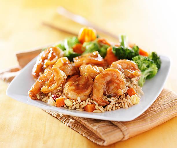 Camarones con arroz frito y teriyaki - foto de stock