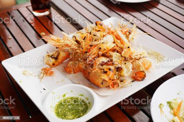 Shrimp Grilled On White Plate — стоковые фотографии и другие картинки Барбекюшница