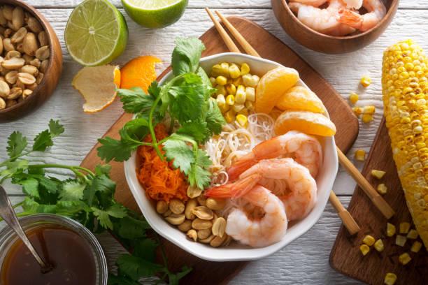 garnelen noodle bowl - erdnusssalatdressings stock-fotos und bilder