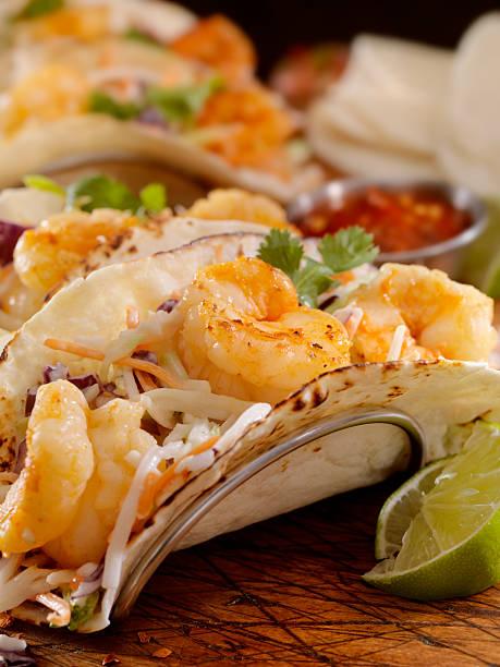 garnelen-tacos - meeresfrüchte enchiladas stock-fotos und bilder