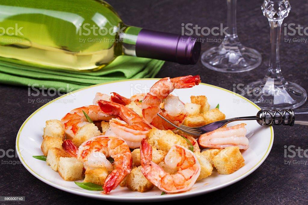 Shrimp with crispy croutons and scallions royaltyfri bildbanksbilder