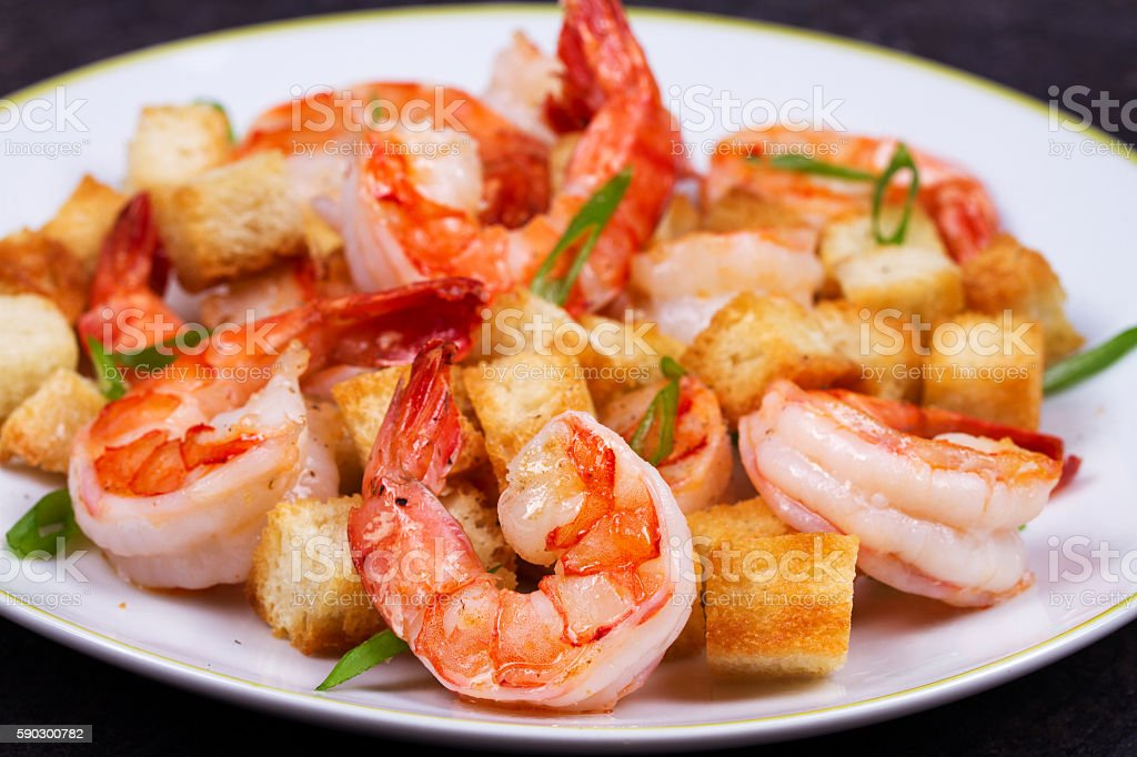 Shrimp with crispy croutons and scallions royaltyfri bildbanksbilder