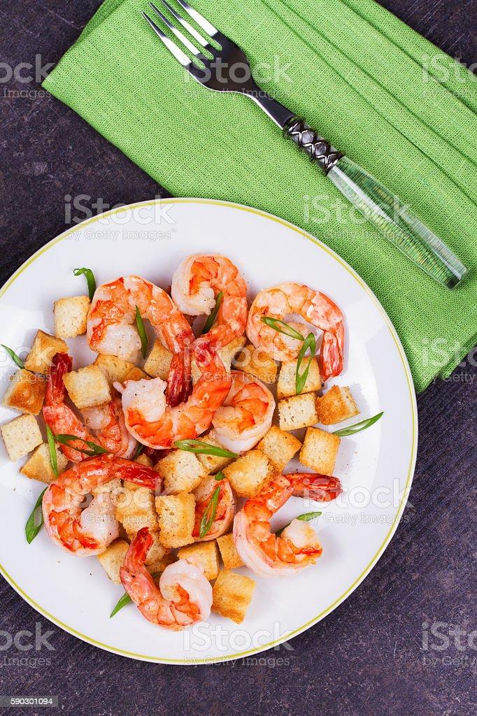 Shrimp with crispy croutons and scallions Стоковые фото Стоковая фотография