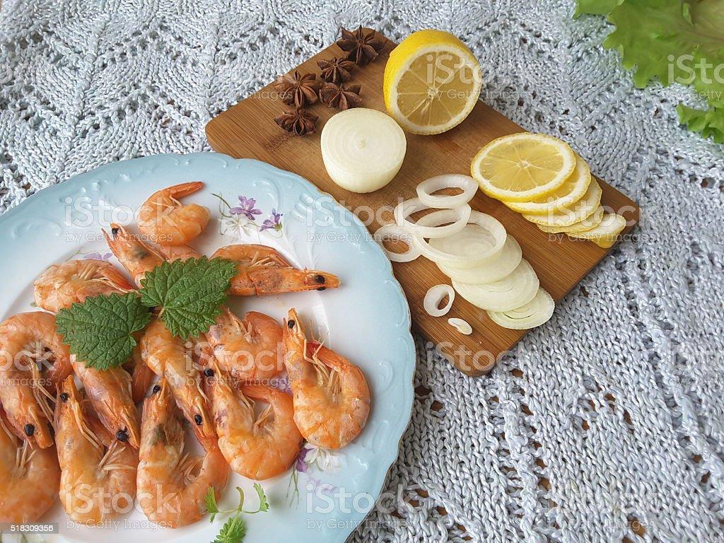 Креветки с лимоном на тарелке с Мелисса стоковое фото