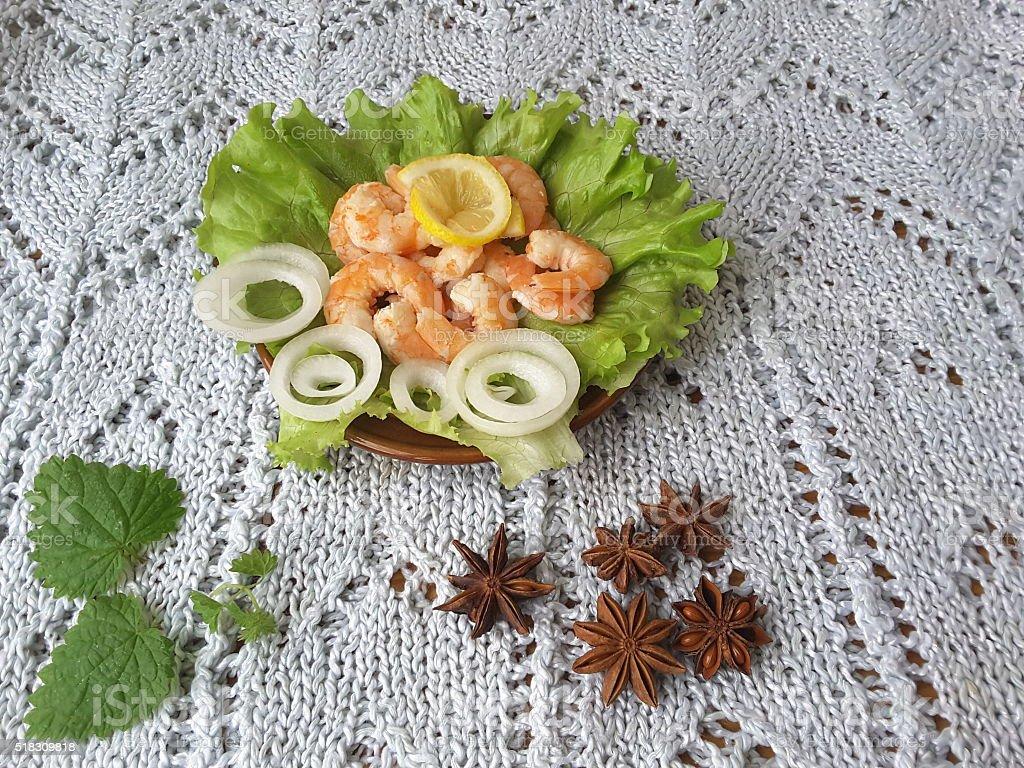 Креветки с луком на тарелке с воланом стоковое фото