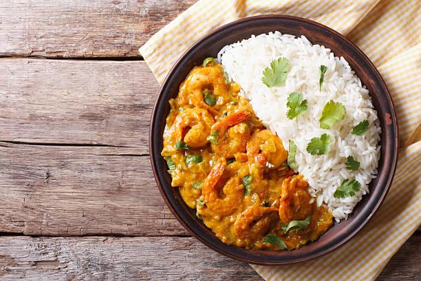 camarão ao curry com arroz em plate. horizontal vista de cima - caril - fotografias e filmes do acervo