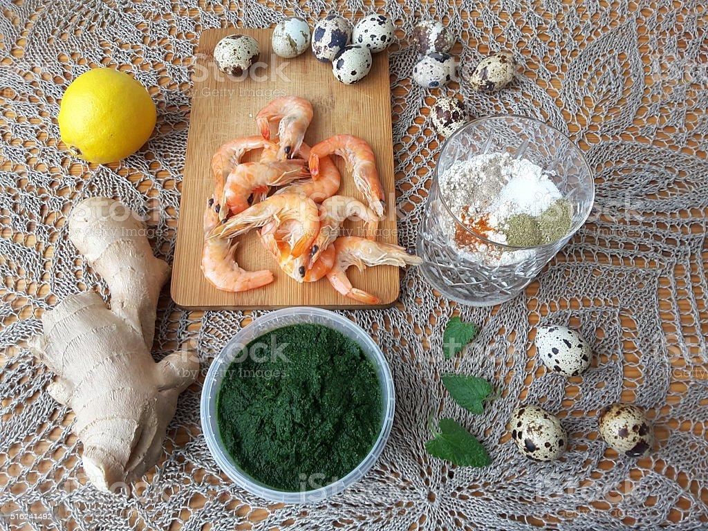 Креветки в зеленой зоне крапивными растениями темпура, кулинарные вегетарианские блюда и крапивными растениями, стоковое фото