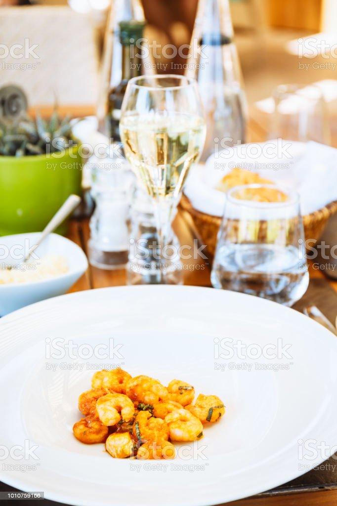 Camarones En Salsa De Tomate En La Mesa Terraza Del