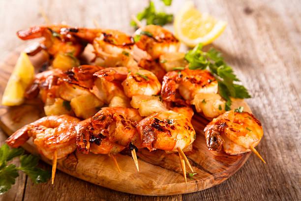 garnelen-spieße - marinade für grillfleisch stock-fotos und bilder