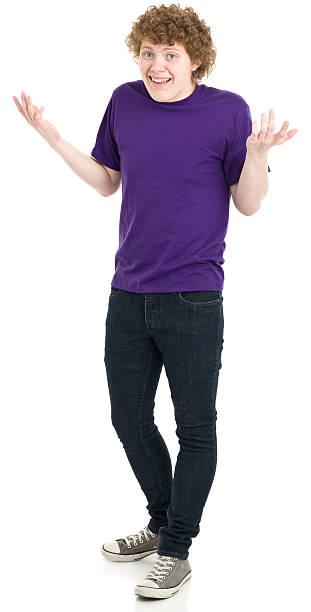 achselzucken teenager junge stehend - geek t shirts stock-fotos und bilder