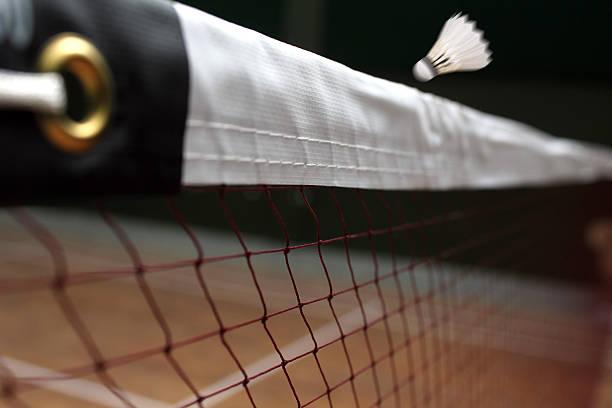 traslado de bádminton de red de cerca y un movimiento rápido volante - bádminton deporte fotografías e imágenes de stock