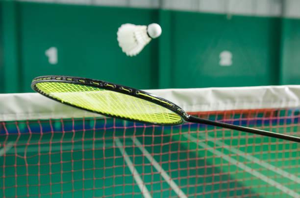 volantes en la raqueta de bádminton. - bádminton deporte fotografías e imágenes de stock